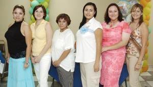 Carmen del Consuelo Sáenz Márquez, acompañada por algunas de las invitadas a la reunión de canastilla que le organizaron por el cercano nacimiento de su primer bebé.