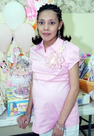Berenice Estarada de Aguilar espera el nacimiento de su primer bebé y por ello recibió lindos regalos, en la fiesta de canastilla que le ofrecieron recientemente.