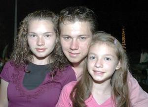 <b>23 de septiembre 2005</b><p> Anahí, Eduardo y Grisell Acuña.