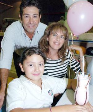 Natalia Aguilar Blázquez junto a sus papás.