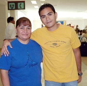 Roberto Hernández viajó al DF y fue despedido por Adriana de la Peña.