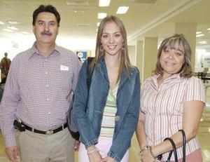 Melissa Cantú viajó al DF, la despidieron Enrique Cantú y Blanca Rosales.