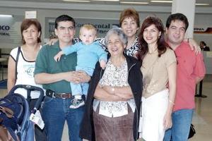 Magdalena, Cristian y Julieta viajaron a España, los despidió la familia Cornejo.