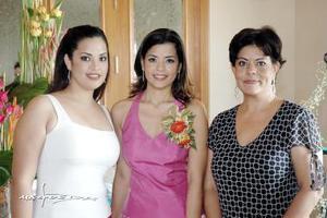 Karla junto a su mamá, Leticia Serna de Ríos y su hermana, Liliana Ríos Serna.
