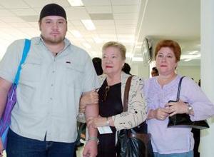 Dolores de Rubio viajó a Los Ángeles, la despidieron Coty y Emanuel García.