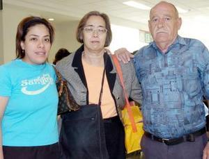 María Antonia Juy viajó a Tijuana, la despidieron Rafael Valdés y Lourdes Valdés.