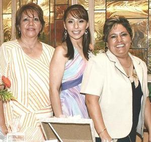 Nancy Araceli Fraire López disfrutó de una despedida de soltera que le fue organizada por su mamá, María Estela López y su futura suegra, María del Carmen Falcón de Olvera.