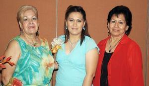 <b>25 de septiembre 2005</b><p>  Pilar Cavazón Ebrad acompañada por su mamá, Yolanda Ebrad Ramírez y por su suegra, María Elena García de Alemán, quienes le ofrecieron una despedida de soltera.