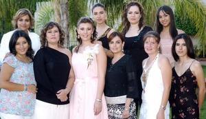 Violeta Marmolejo Carmona recibió numerosas felicitaciones de las invitadas a la despedida de soltera que le ofreció su mamá, Patricia Carmona de Marmolejo, por su proxima boda con Sergio Meraz Sánchez.