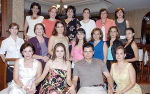 Los futuros novios, Lorena Ávila y Ricardo Aguiñaga, junto a familiares en una agradable fiesta.