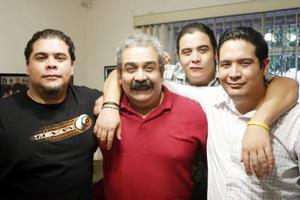 César Chávez con sus hijos César Rafael, Adrián y Roberto Carlos, en pasado festejo