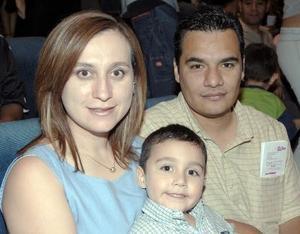 Alejandra de Flores, Omar Flores y su hijo Alejandro.