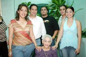 Con motivo de sus 90 años de vida, la señora Sofía García Vda. de Jáuregui disfrutó de una fiesta, acompañada por sus hijos y nietos.