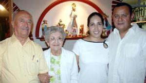 Eliseo González y María de González, Wilfrido Recio y Claudia de Recio, captados en pasado acontecimiento social.