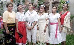 Elvira Gallegos, Aída Arenas, Ángeles Hernández, Mary Cruz Martínez, Eréndira Piñera, Martha Mireles e Hilda Alvarado, en un convivio con motivo de las fiestas patrias.