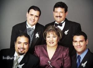 d-Sr. Carlos Alejandro López Ortiz y Sra. Sanjuana Rea de López celebraron 32 años de feliz matrimonio, acompañados por sus hijos Juan Carlos, Leonardo Alejandro y Ricardo López Rea