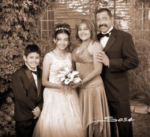 Srita. Araceli Itzchet González García, el día de su fiesta de quince años acompañada por sus papás, señores Juan Fernando González Pinal y Araceli García Amador, y por su hermano Andrés.