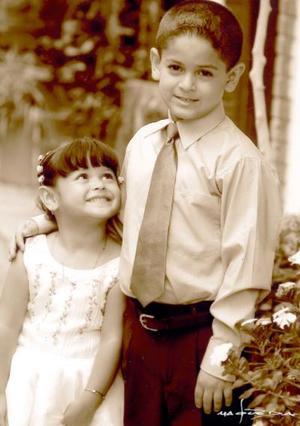 Kavin Javier y Yosany Gutiérrez Ochoa, hijitos de Francisco Javier Gutiérrez Rodríguez y Victoria Ochoa de Gutiérrez, en una fotografía de estudio