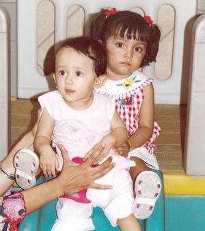 Leonor Adriana Sida Salazar, y Karla Paulina Flores Salazar, en un convivio infantil