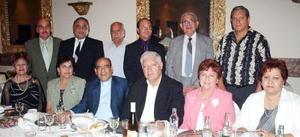 Maestros de la Comunión de la parroquia de la Sagrada Familia de Gómez palacio, en compañia de los sacerdotes Alejandro Terrones y Rigo