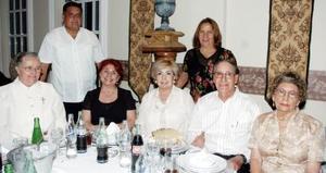 Elvira Iza, Chelito Mena, Carlos Favila, Geny Favela, Vivi Reyes, Lupita Gutiérrez y Gonzalo Olvera, acompañaron también al padre terrones