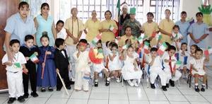 <b>25 de septiembre 2005</b><p> Pequeños de la guardería del Club de Leones acompañados por sus maestros, en un festejo con motivo del Día de la Independencia.