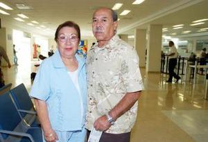Irma Hernández viajó a Los Ángeles, la despidió Jorge Hernández.