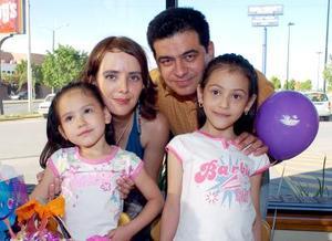 Mayte Fregoso Rodríguez captada junto a su familia en un divertido convivio.