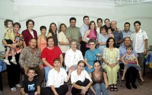 Angélica García de Alba y Mario García Ávila acompañados por un grupo de amigos y familiares, quienes les ofrecieron una despedida de solteros por su cercano matrimonio.
