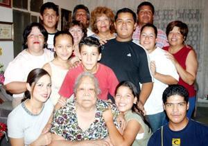 La señora Ana María Gómez cumplió 78 años de vida y por ello sus hijos, nietos y bisnietos le ofrecieron un bonito convivio.