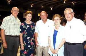Juan Adolfo Von Bertrab Peters, Raquel Saracho de Von Bertrab, el rector de la Pereyra, Alejandro Treviño S.J., Marly Russek de Sánchez y Carlos Sánchez.