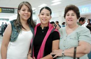 Lupita Wong viajó a España y la despidieron su mamá y su hermana.