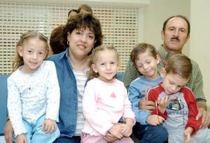 José Ignacio Lastra y Cecilia de Lastra, viajaron a España en compañía de sus hijos, Sara, Manolo, Ignacio y Alba.