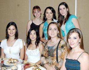 <b>28 de septiembre 2005</b><p> Carolina de la Garza Betancourt acompañada de Odila Vargas, Diana Carrete, Mayra Rentería, Ana Paola Garza, Jéssica Ortiz y Yolanda Fernández.