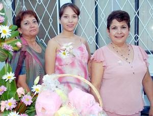 Tania Lucero de la Cruz García acompañada por su mamá Lucero García de De la Cruz y sus suegra Felícitas Romero.