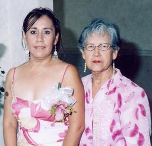 Gabriela Guerrero Rangel junto a su mamá, la sra. Delia Rangel de León, quien le ofreció una fiesta de despedida.