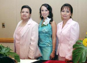 <b>28 de septiembre 2005</b><p> La festejada Carolina junto a su mamá, Sara Betancourt de De la Garza y su futura suegra, Irene Robles Arredondo.
