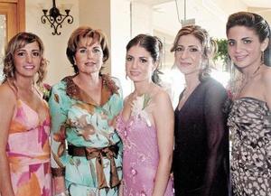 La futura novia, acompañada por Mariana Salazar Cuerda, Adela Cuerda de Salazar, Laura M. de Batarse y Alejandra Batarse Murra.