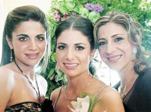 Laura Batarse Murra junto a su hermana Alejandra y sus mamá, Laura M. de Batarse.