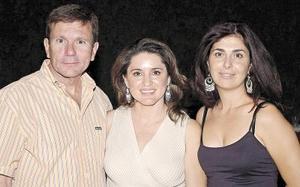 Carlos González, Lucy Cuesta de González y Sarita Gil Zamorano.
