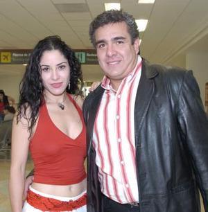 Eduardo García llegó procedente de la Ciudad de México, lo recibió Margarita Flores.