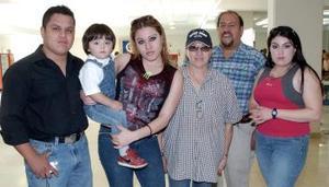 Judith Paredes y Cristian Montelongo viajaron a San Diego, los despidieron sus familiares.