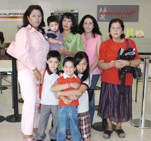 <B>30 de septiembre 2005</b><p> Patricia Villegas, Miguel y Cristian Torres viajaron a San Diego, los despidió la familia Villegas.