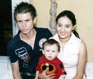 El pequeño Javier Emilio Hoyos Betancourt cu,plió un año de vida, y sus papás, lo festejaron con una merienda.