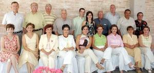 Los futuros esposos acompañados por un grupo de amigos en una fiesta que les fue organizada.