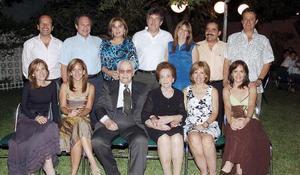 Señores Carlos y Josefina con sus hijos Carlos, Josefina, Gabriela, Susana, Adriana, Humberto y Laura y con sus hijos políticos.