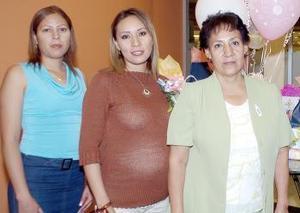 <b>30 de septiembre</b><p> Jéssica Guerrero de Medina disfrutó de una tierna fiesta de canastilla en honor al bebé que espera, que le ofrecieron su mamá, Lilia Hinojosa Mota y su cuñada, Rosy de Guerrero.