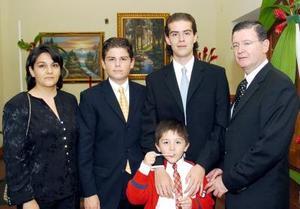 Lizeth Silva, Rodrigo Mendoza, Octavio Mendoza, César Mendoza y Ricardo Mendoza, captados en reciente boda.