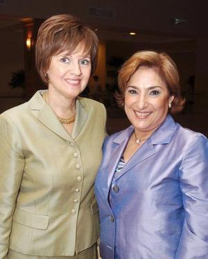 Gaby de García y Angélica de Castro, presidenta entrante y saliente respectivamente, del comité de damas del Club Sembradores de Torreón.