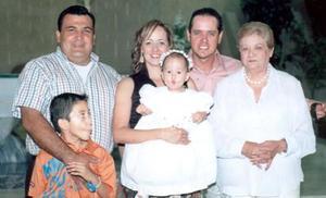 José Alan Romo Rivera y Claudia Mayela Izquierdo de Romo, con sus hijos José Alan y Claudia Itzel, la señora Dora García de Izquierdo y Gerardo Izquierdo García, captados en reciente acontecimineto social.